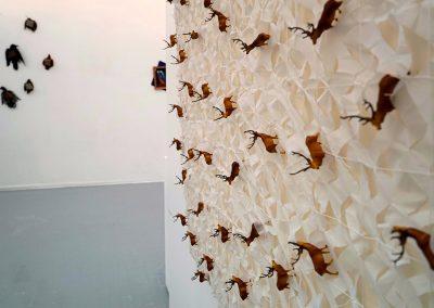 Vent du nord, Toile et filet blanc de camouflage tendus sur châssis + petits cerfs en plastique