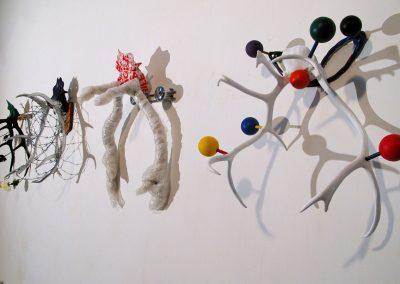 Les têtes couronnées que l'on mérite, environ 80x80 cm, bois de cerf + porte manteau, acrylique