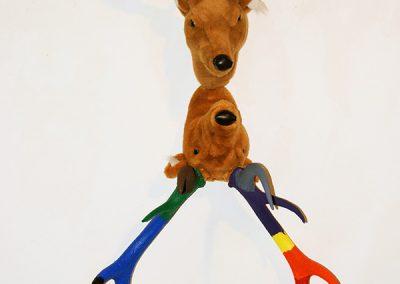 """""""Narcisse"""", Hommage à Le Caravage, 2 têtes de cerf en peluche, bois de cerf, acrylique."""
