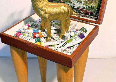 """""""L'Hallali"""", 55x26x20cm, boîtes de tubes de peinture, cerf en plastique, pieds bois."""