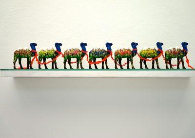 """Du Fujiyama au Kilimandjaro"", 2014, 7 petits chameaux, acrylique, 10 x 60 x 10cm"