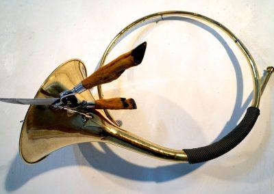 """""""Tu me fends le cor"""", 50,80cm, cor de chasse, sécateur de cuisine, 2017"""