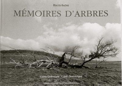LA12 : Cathy Chamagne, Mémoires d'arbres, Photographies et dessins de Joël Desbouiges, éditions Conseil Régional Haute-Saône, Vesoul. 2000.