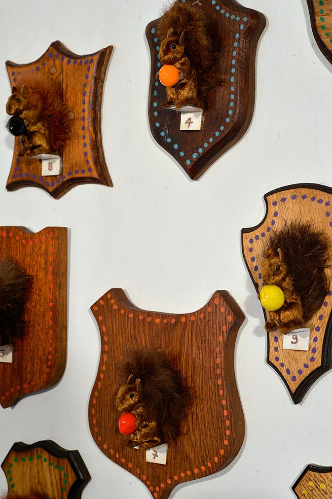 Installation 2018 : '' Casse- noisette '' 7 pièces (écussons et petits écureuils)